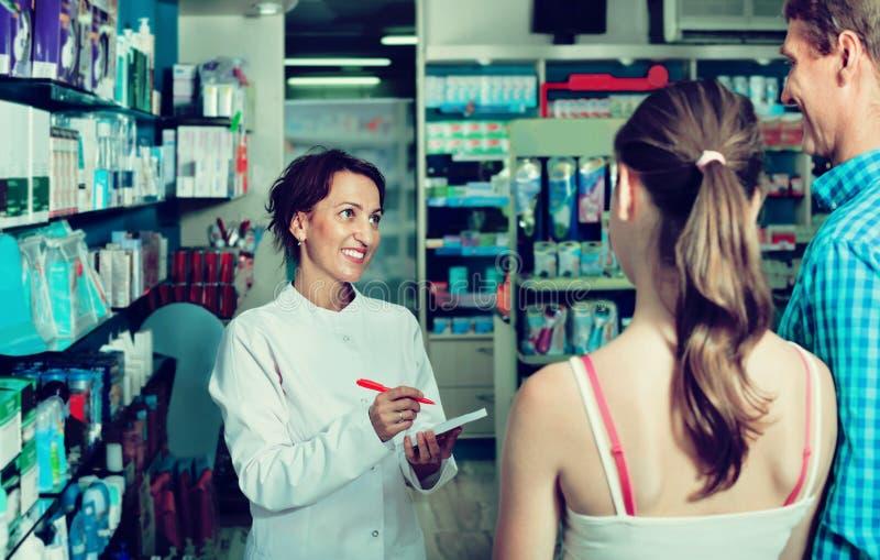 Fonctionnement de port de sourire d'uniforme de pharmacien féminin images libres de droits