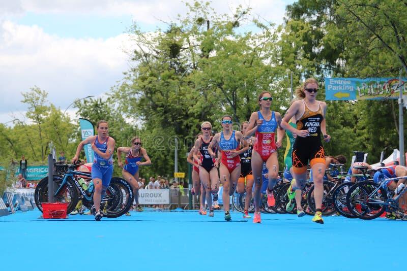 Fonctionnement de recyclage d'exercice sain de sport de triathletes de triathlon photo libre de droits