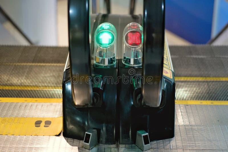 Fonctionnement de signal lumineux et fonctionnement d'arrêt d'escalator photos stock