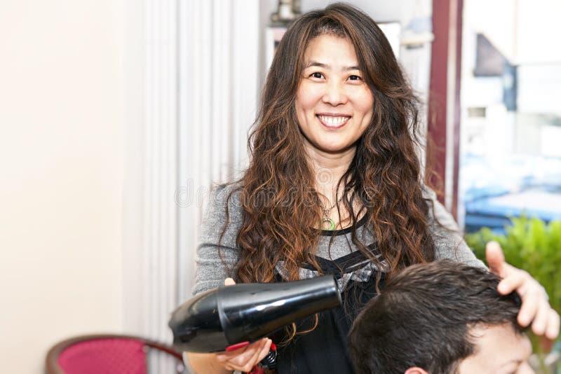 Fonctionnement de styliste de cheveu photo libre de droits