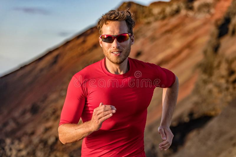 Fonctionnement de traînée de coureur d'athlète en nature de montagnes De sport de forme physique traînée active ultra, formation  photos stock
