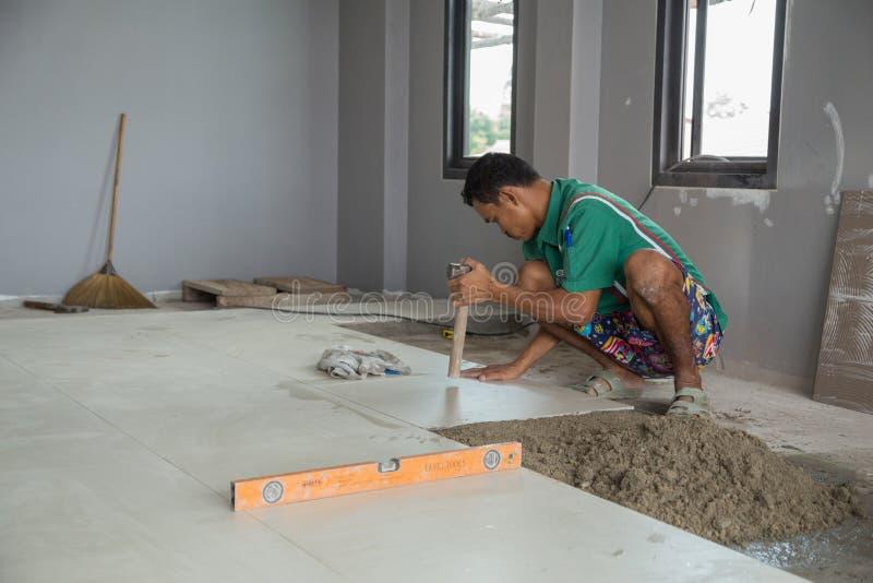 Fonctionnement de travailleur carrelé au chantier de construction photo libre de droits