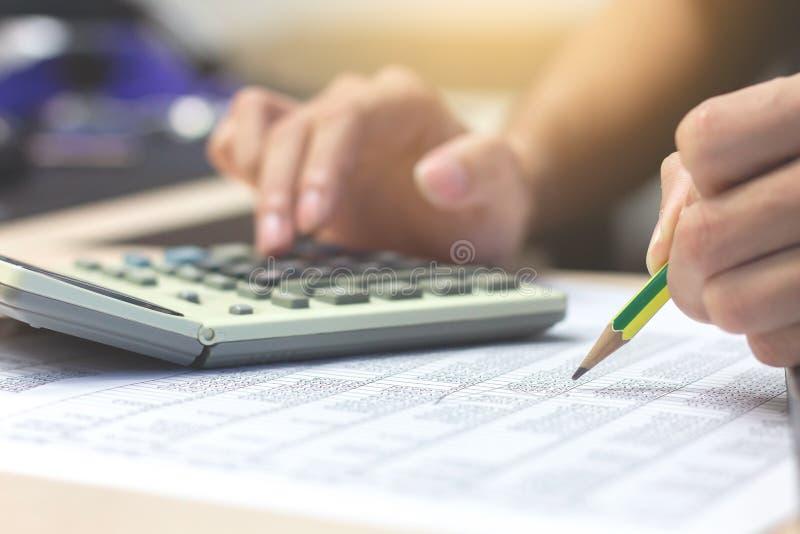 Fonctionnement en gros plan de crayon de participation de main de comptable d'homme d'affaires sur c images stock