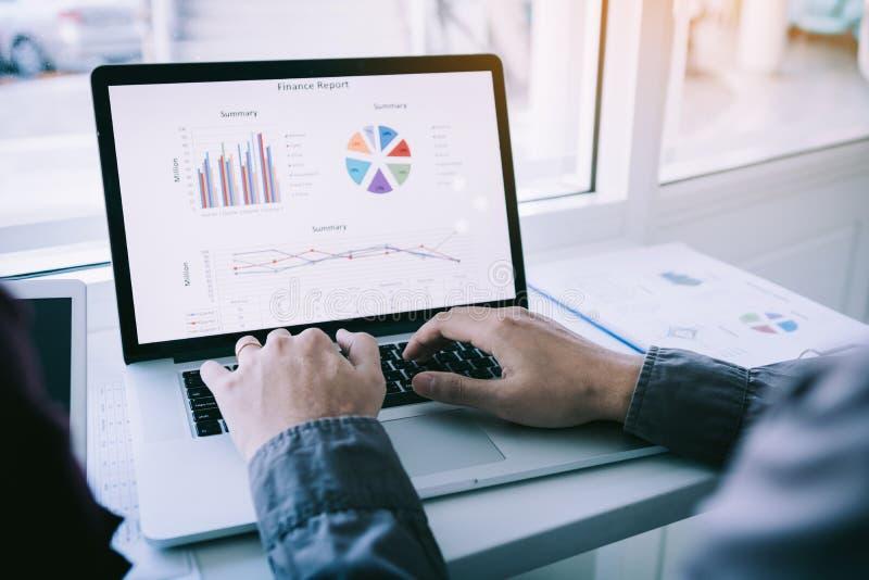 Fonctionnement et collègue de personne de deux entrepreneurs analysant des données pour de nouveaux affaires et marketing de déma photo libre de droits