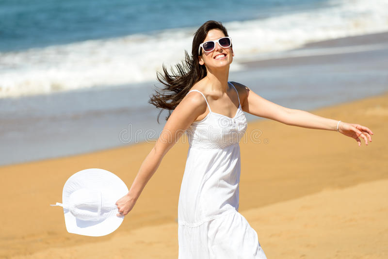 Fonctionnement et danse heureux de femme sur la plage photo libre de droits