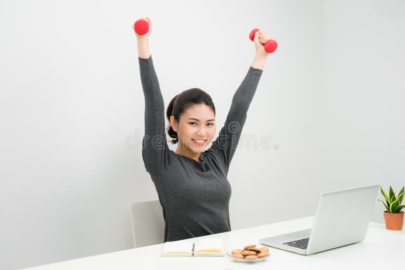 Fonctionnement et séance d'entraînement de femme d'affaires à son bureau images libres de droits