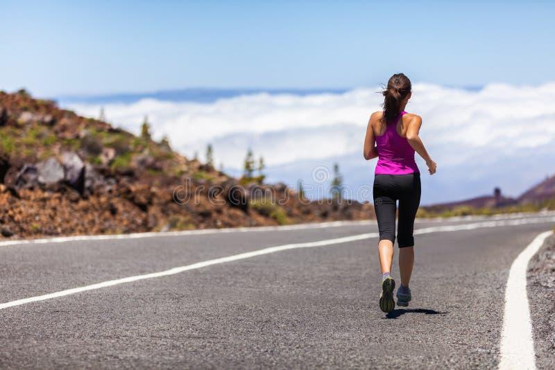 Fonctionnement extérieur de route de coureur d'athlète de femme de forme physique photographie stock libre de droits
