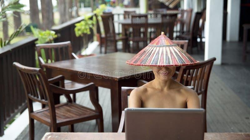 Fonctionnement freelance de femme d'affaires photos libres de droits