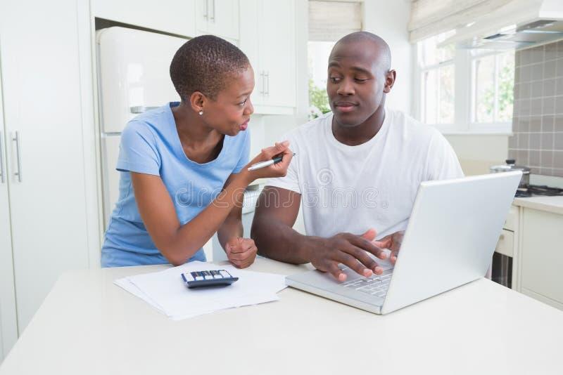 Download Fonctionnement Heureux De Couples Et Ordinateur Portable D'utilisation Image stock - Image du maison, mère: 56483677