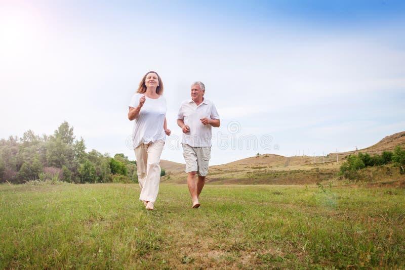 Fonctionnement heureux de couples image stock