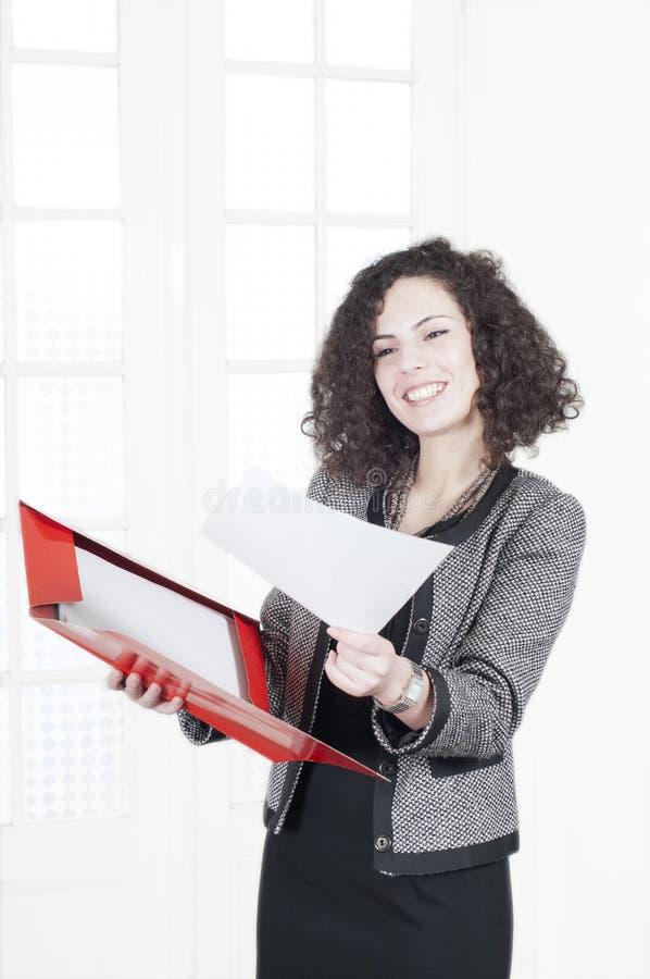 Fonctionnement heureux de femme d'affaires photos stock