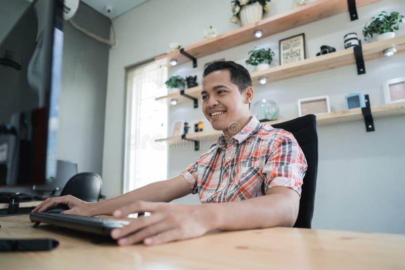 Fonctionnement indépendant de travailleur en ligne créatif dans son bureau photographie stock libre de droits