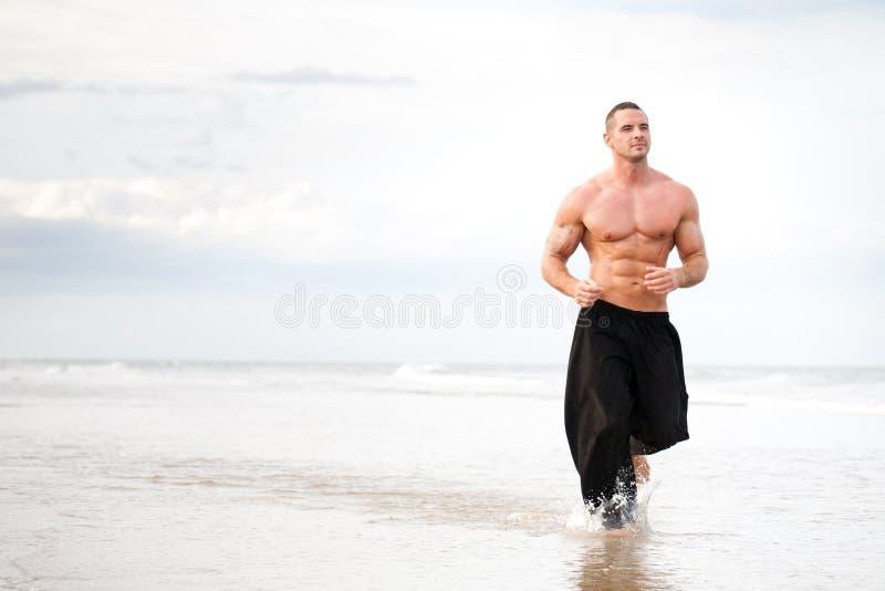 Fonctionnement physiquement adapté d'homme images stock