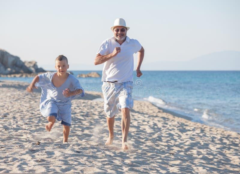 Fonctionnement première génération de petit-fils de générations de mer de plage de concurrence image libre de droits
