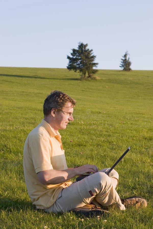Fonctionnement sans fil avec l'ordinateur portatif photographie stock libre de droits