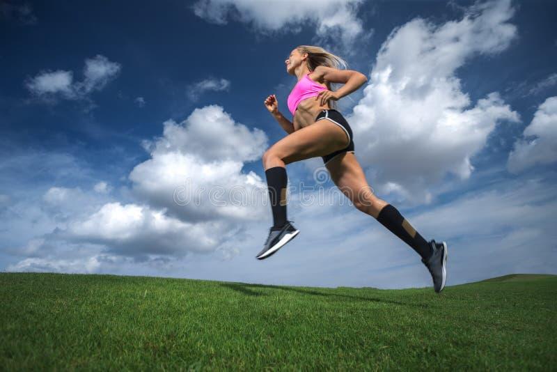 Fonctionnement sportif de femme images libres de droits