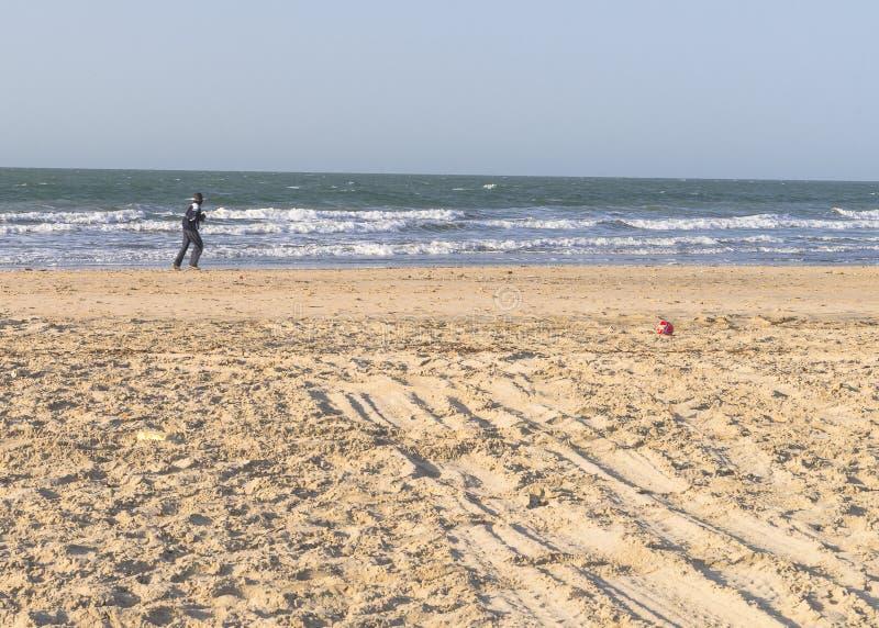 Fonctionnement sur la plage image stock