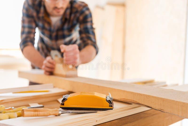 Fonctionner avec du bois photo stock