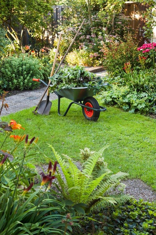 Fonctionner avec la brouette dans le jardin image stock for Brouette jardin