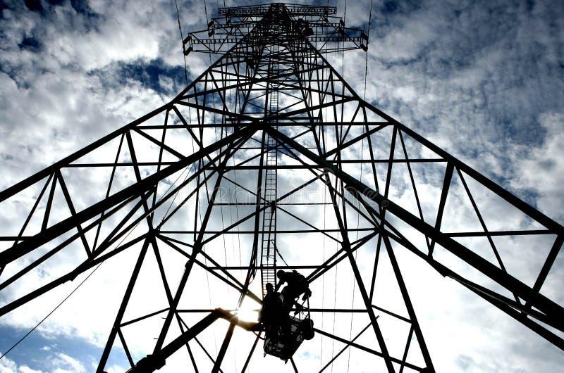 Fonctionner dans un mât de l'électricité photographie stock libre de droits
