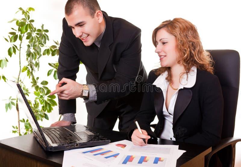 Fonctionner ensemble dans le bureau photos libres de droits