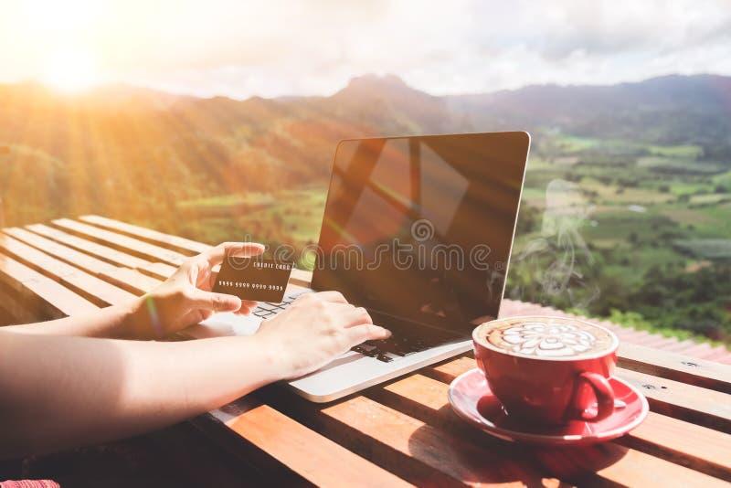 Fonctionnez l'équilibre de durée Homme d'affaires employant l'ordinateur portable et le crédit images stock