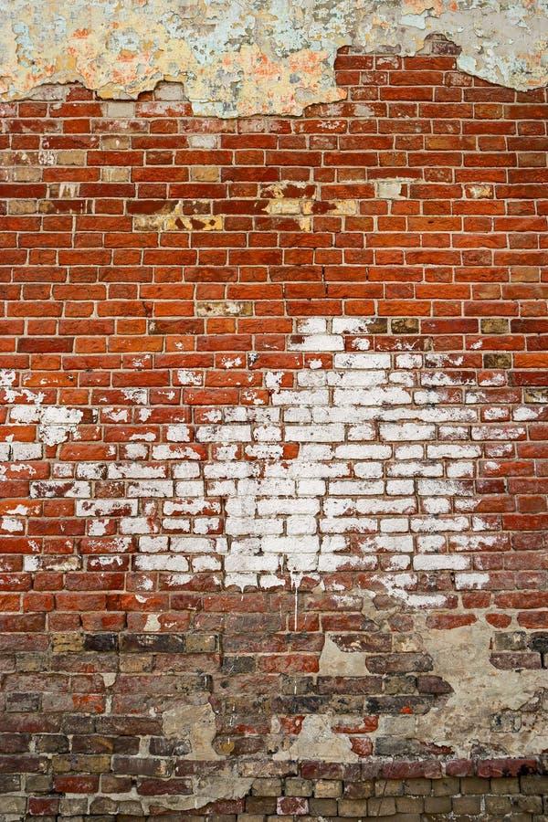 Fond âgé de mur de rue, texture avec la tache de la peinture blanche photos libres de droits