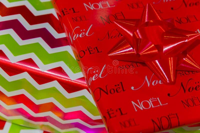 Fond élégant brillant de plan rapproché de cadeaux de Noël avec l'arc dans l'upp photo stock