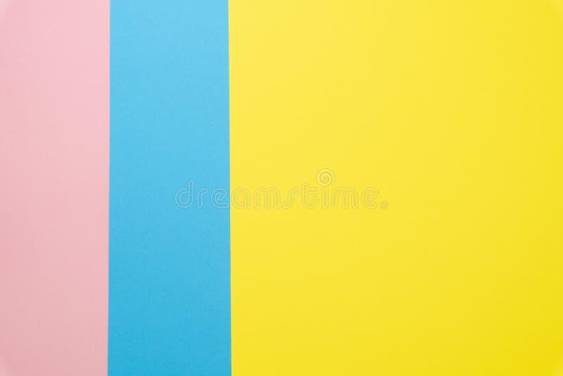 Fond étendu plat de papier bleu et rose, jaune de couleur en pastel Vue sup?rieure photos stock