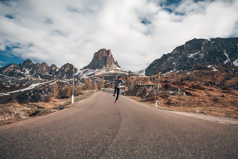 Fond étonnant sautant de montagnes d'homme bel photographie stock