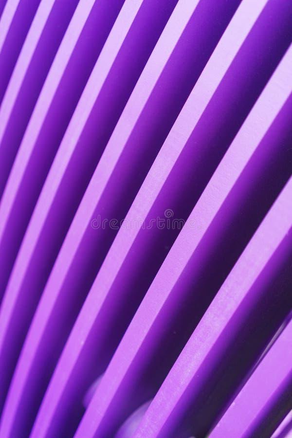 Fond abstrait élégant lumineux des conseils en bois peints dans la couleur violette lumineuse images stock