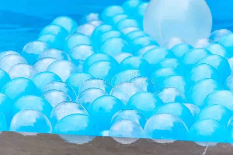 Fond abstrait avec des ballons dans une piscine images stock