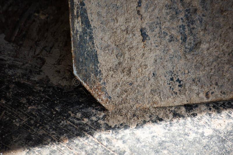 Fond abstrait avec des pelles recouvertes d'un sol sec images stock