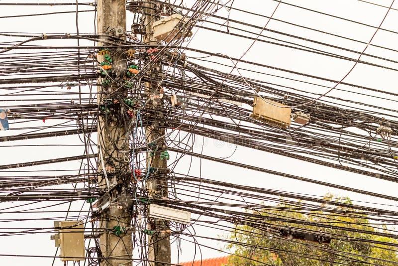 Fond abstrait beaucoup de lignes de l'ensemble chaotique de câbles de câblages entrelacés avec des baisses de pluie image stock