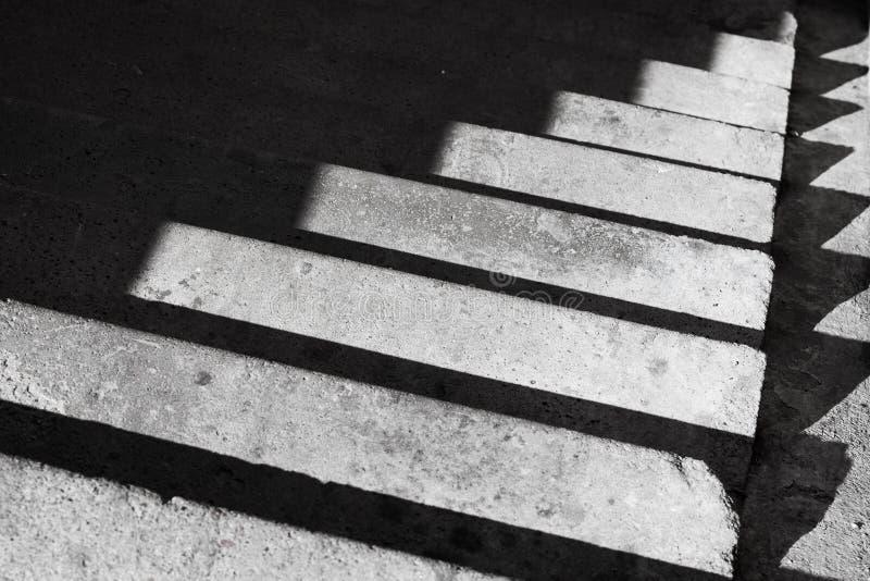 Fond abstrait d'architecture avec l'escalier et le sha concrets photographie stock