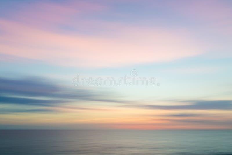 Fond abstrait de ciel de coucher du soleil et de nature d'océan photographie stock