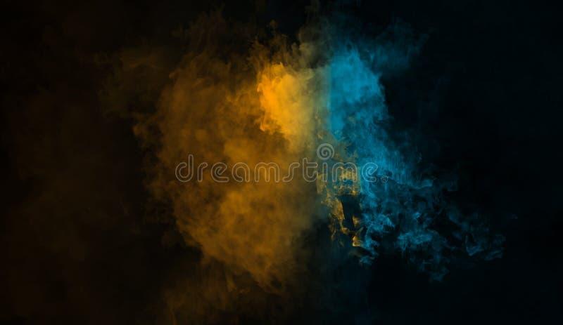 Fond abstrait de fumée de mystère Les recouvrements jaunes et bleus donnent au brouillard une consistance rugueuse image libre de droits