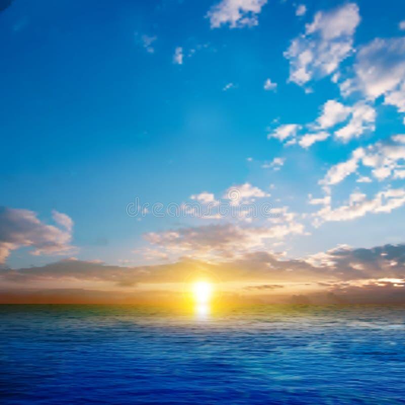 Fond abstrait de nature avec le coucher du soleil de mer illustration de vecteur