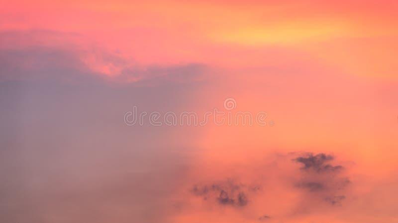 Fond abstrait de nature Nuages roses et pourpres déprimés en soleil s image stock
