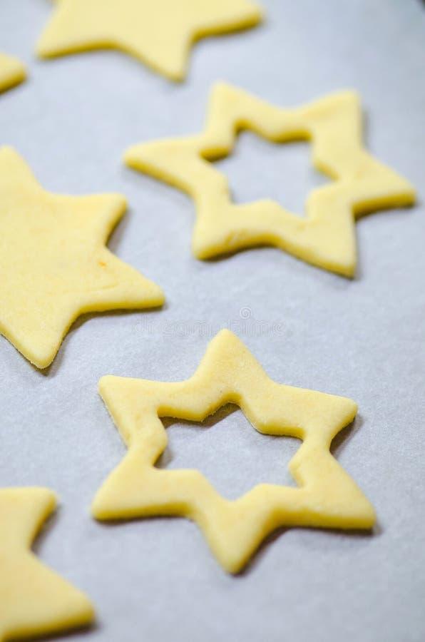 Fond abstrait de nourriture de Noël avec les moules et la farine de biscuits Biscuits de Noël de cuisson - table, coupeurs de bis photos stock