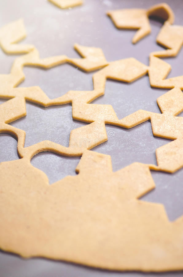 Fond abstrait de nourriture de Noël avec les moules et la farine de biscuits Biscuits de Noël de cuisson - table, coupeurs de bis photo stock