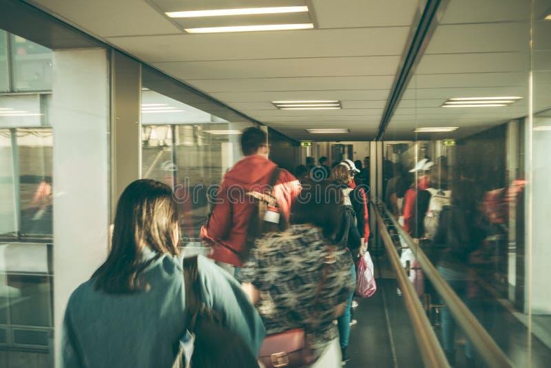 Fond abstrait de tache floue Image brouillée de hall de départ de visite de personnes dans l'aéroport photos stock