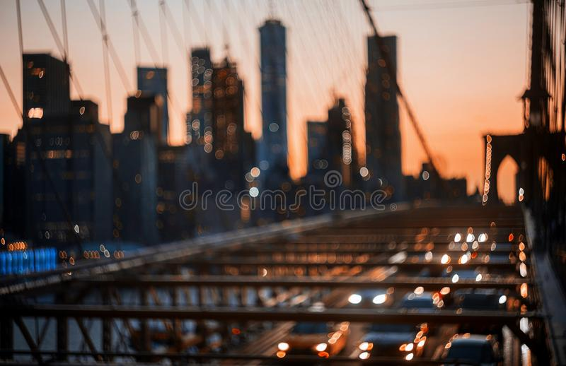 Fond abstrait defocused de lumières de nuit de ville de pont de New York City Brooklyn photographie stock