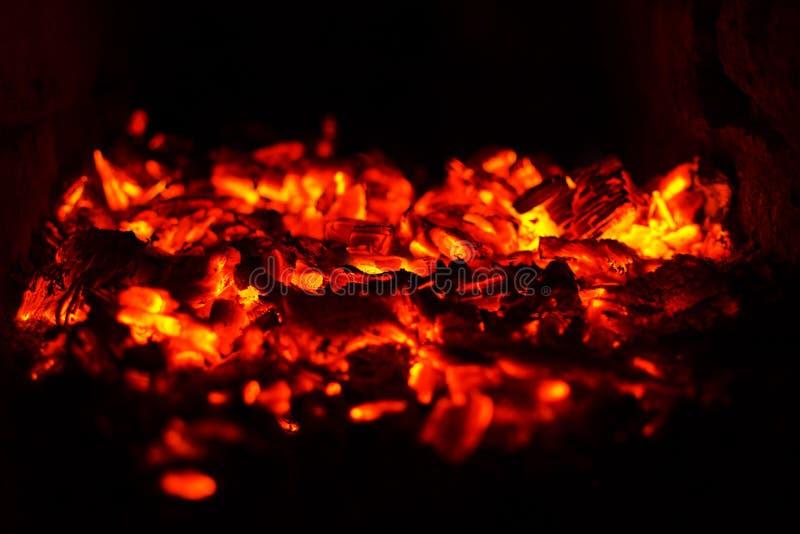 Fond abstrait des charbons brûlants de foyer mou photos stock