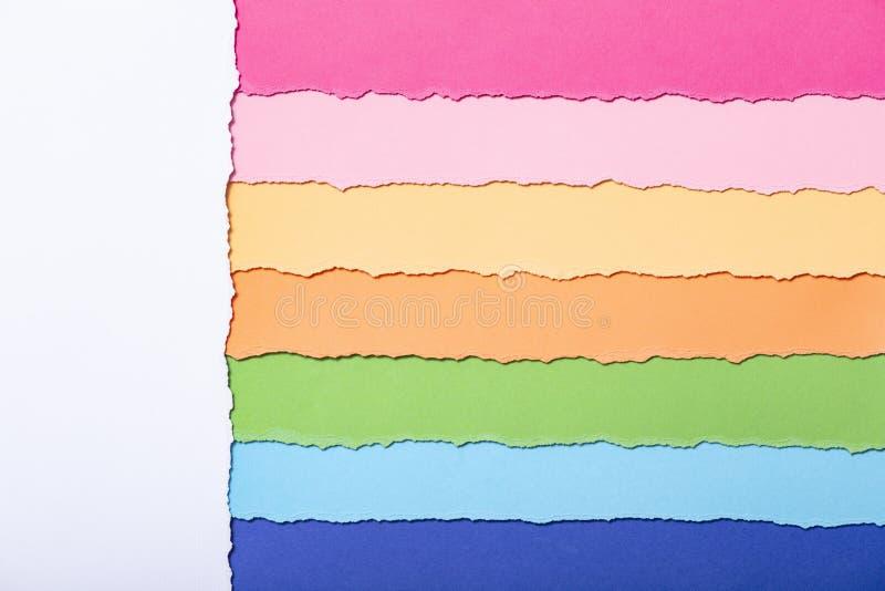 Fond abstrait des rayures multicolores du carton déchiré, de la vue supérieure, bons pour écrire des rappels, bureau de concept e illustration libre de droits