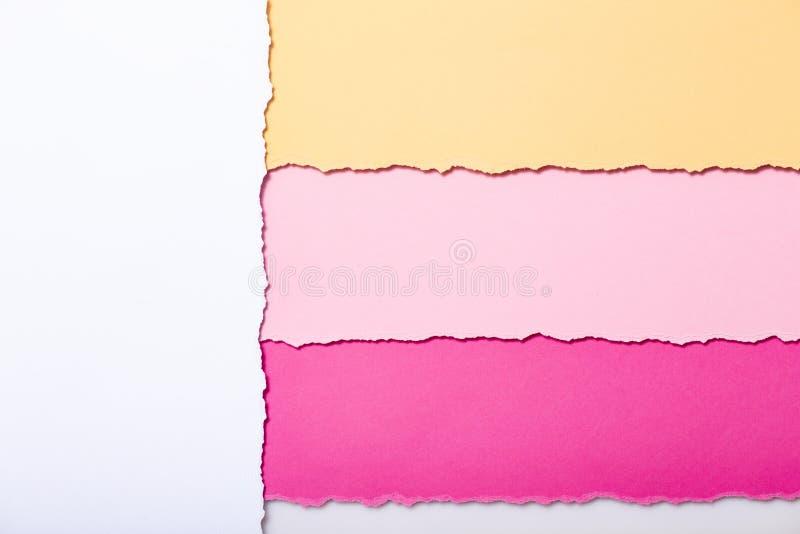 Fond abstrait des rayures multicolores du carton déchiré, de la vue supérieure, bons pour écrire des rappels, bureau de concept e illustration stock