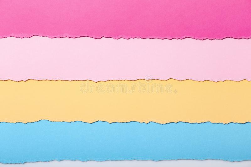 Fond abstrait des rayures multicolores du carton déchiré se trouvant horizontalement, vue supérieure illustration libre de droits