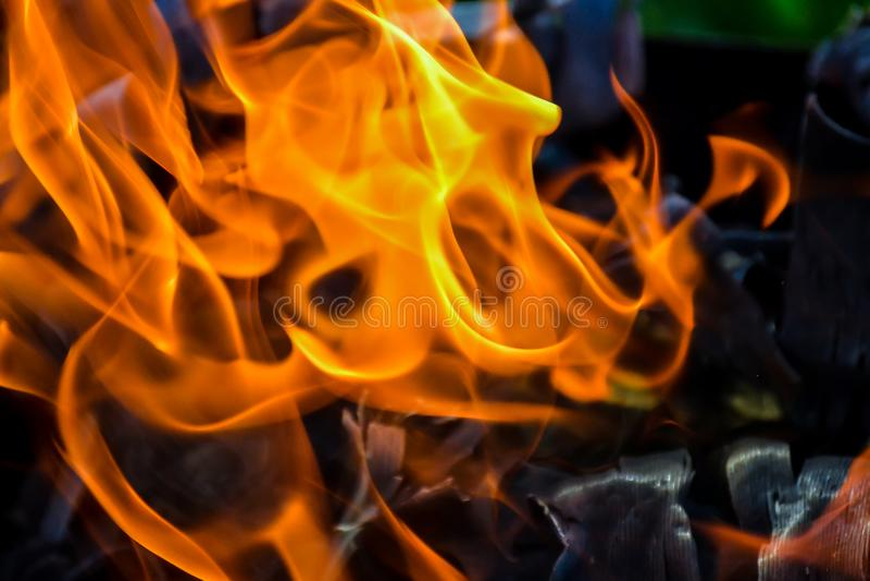 Fond abstrait du feu, charbons, flammes et éléments de vrillage de la cendre photographie stock libre de droits