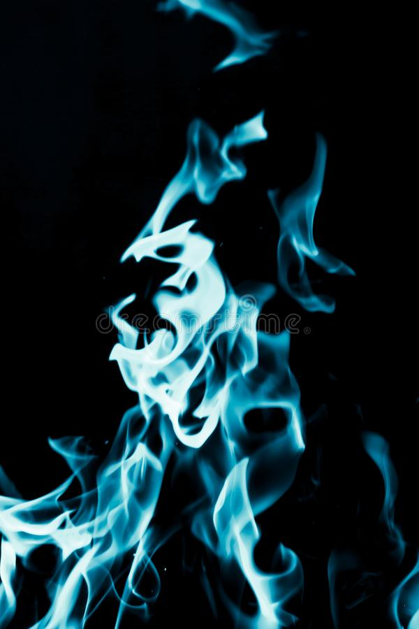 Fond abstrait du feu de flamme bleue sur le fond noir images libres de droits