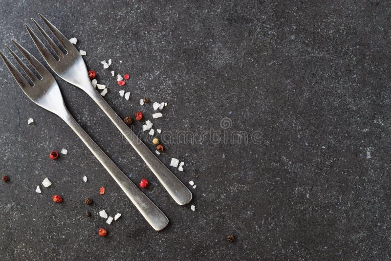 Fond abstrait gris avec des fourchettes, sel Place pour le texte images stock